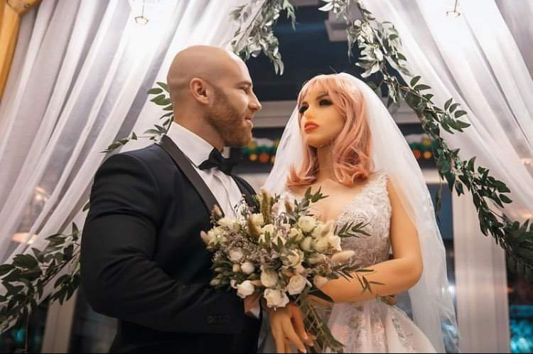 """Body Builder sposa bambola gonfiabile: """"Margo e io ci siamo resi conto che ci vuole più delle parole per avere una conversazione"""""""