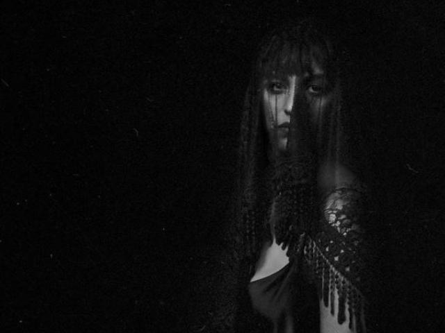 """Nòe: nel nuovo singolo """"Farei anche un figlio"""", il tema della maternità tra desiderio e rimpianto"""