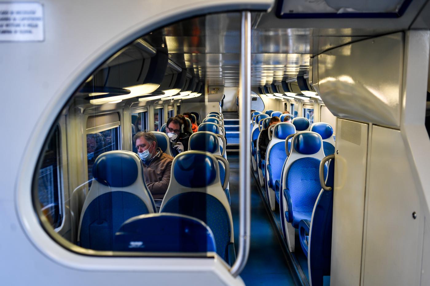 Terrore sul treno per Lodi, aggredita una sedicenne nel bagno