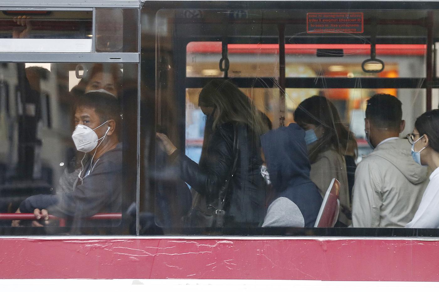 Emergenza Covid, così hanno deciso Stato e regioni: mascherine FFP2 obbligatorie nei negozi e sui mezzi pubblici