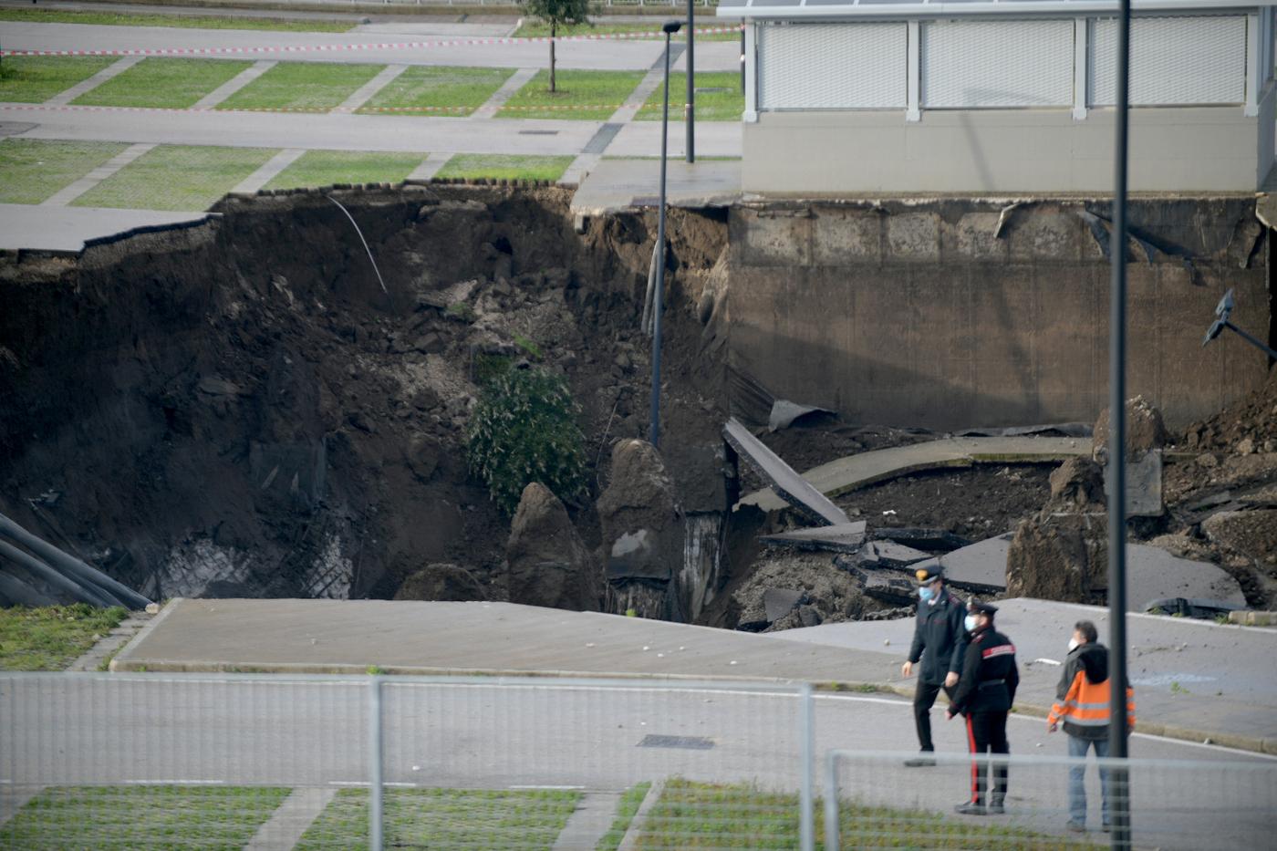 Napoli, si apre voragine profonda 20 metri nel parcheggio dell'ospedale del Mare (VIDEO)