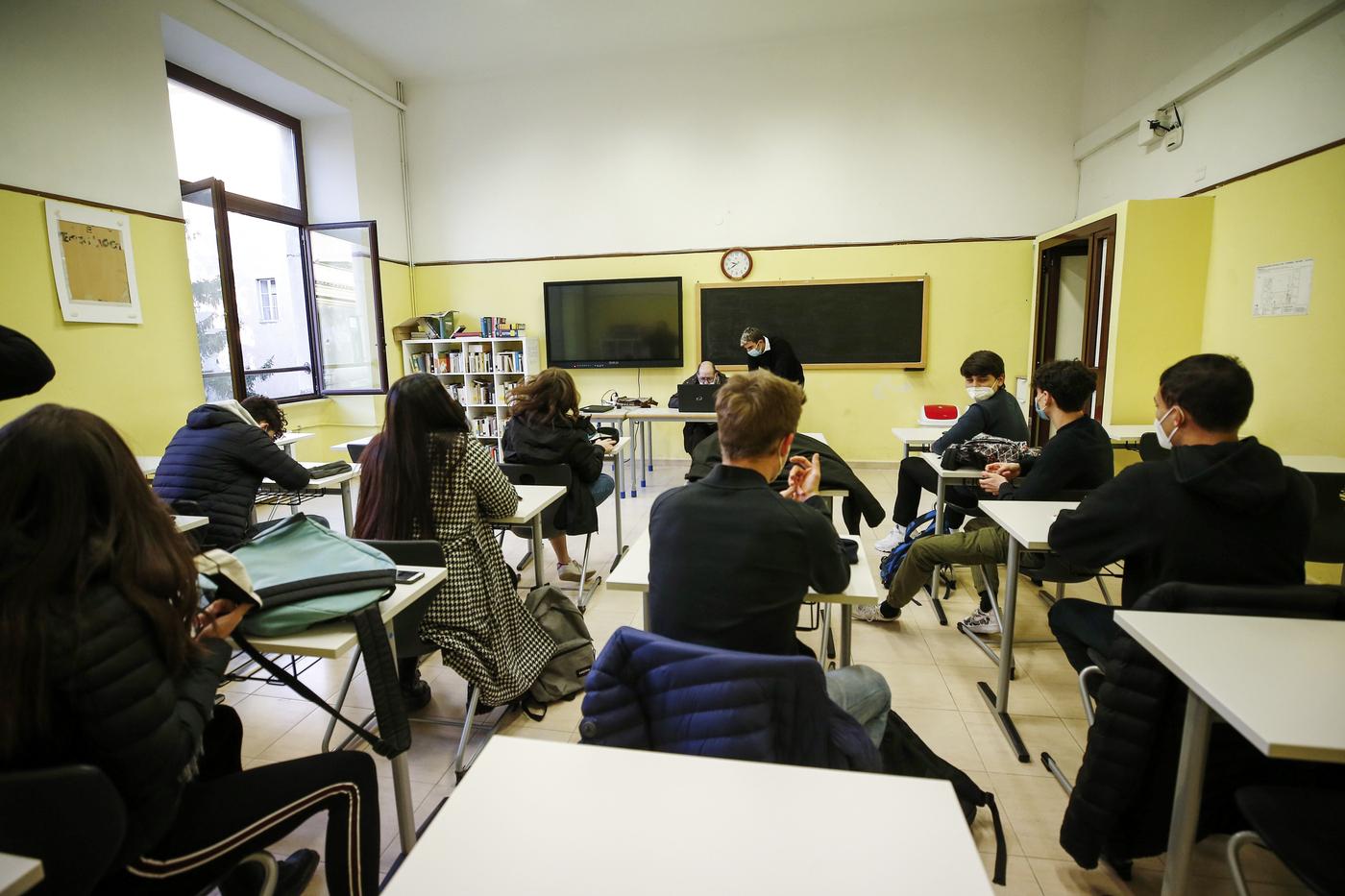 """Scuola, oggi riaprono le superiori in quattro Regioni. Azzolina: """"Atto di responsabilità nei confronti degli studenti"""""""