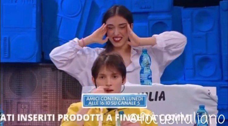 Amici 2021: Giulia Stabile fa fare una figuraccia alla De Filippi dopo averle chiesto di lanciare Verissimo VIDEO