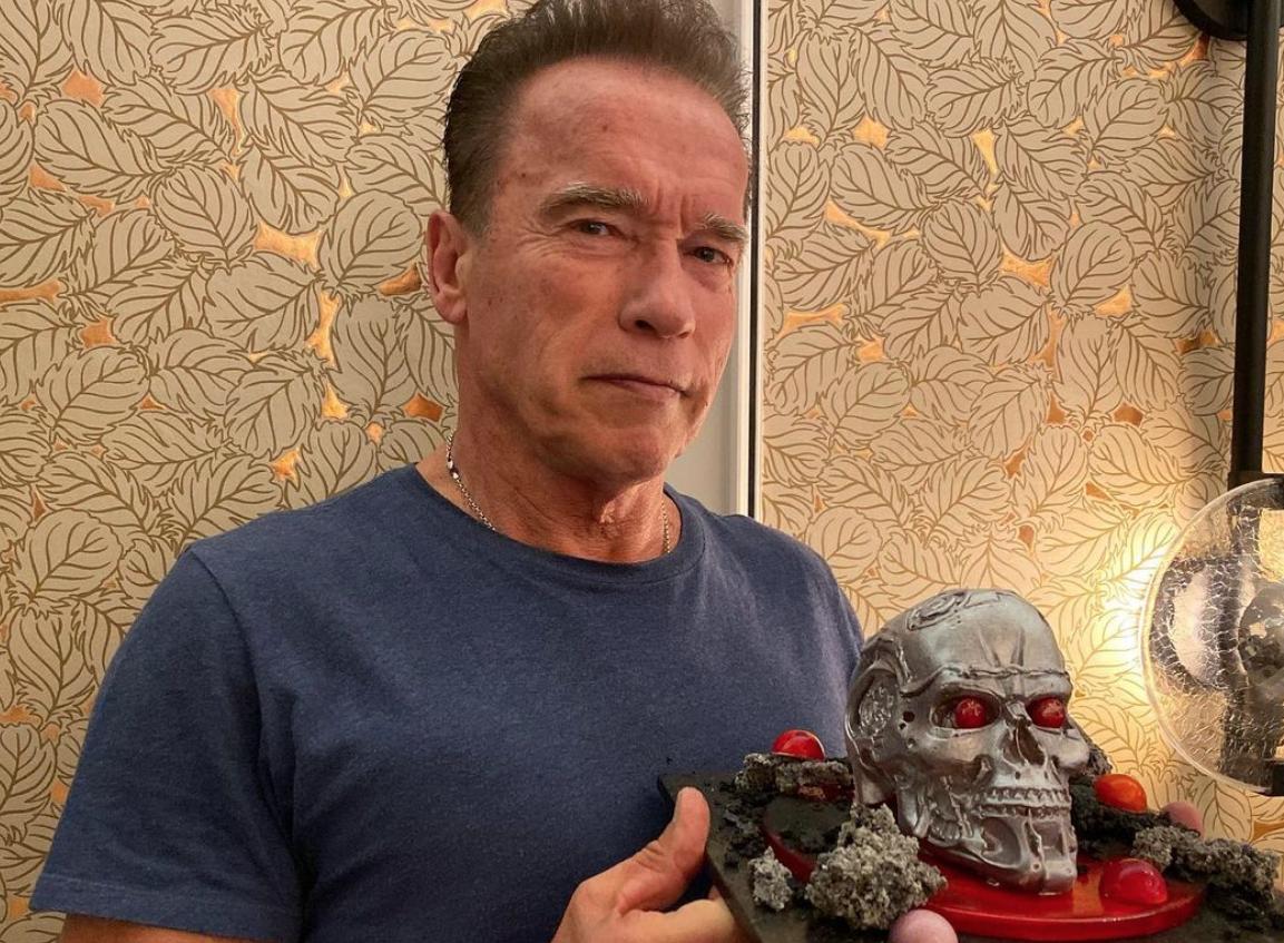 """Schwarzenegger, vaccino in auto e appello: """"Fate come me se volete vivere"""""""