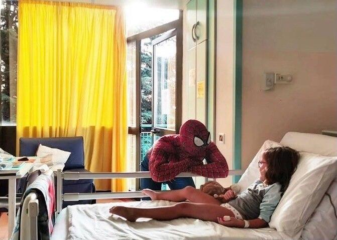 """Mattia, il supereroe dei bimbi in corsia che regala sorrisi e speranze: """"Sono il vostro amichevole Spiderman di quartiere"""" VIDEO"""