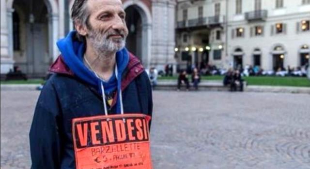 Morto Stefano, l'uomo che vendeva le barzellette. A Torino era un'istituzione, sui social il cordoglio di tanti cittadini