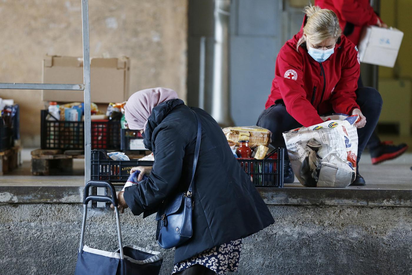 Sindaco leghista agli arresti, negava aiuti alimentari Covid agli stranieri e agli anziani per darli ai più ricchi