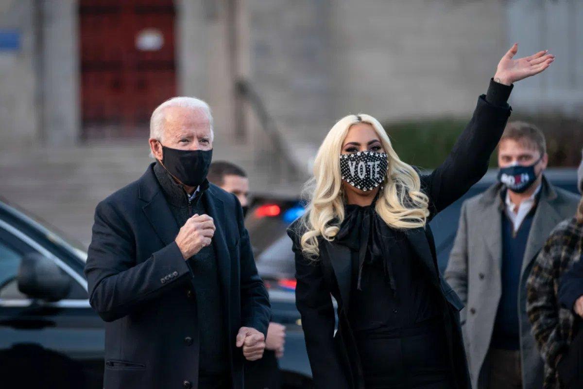Stati Uniti, Donald Trump contro Lady Gaga e altre star alla cerimonia di Biden