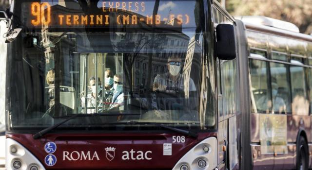 Roma, fidanzatini derubati e feriti, autista del bus chiude le porte e li porta in ospedale