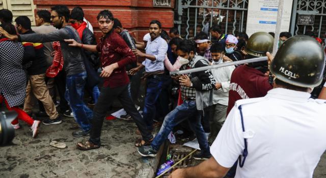 India: proseguono le proteste dei contadini, indetto blocco treni