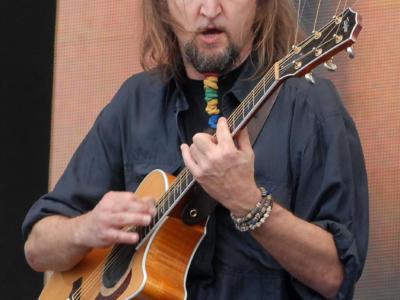 Addio ad Erriquez, storico chitarrista della Bandabardò