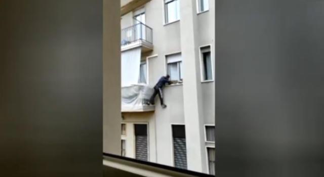 Milano, donna riprende col telefonino ladro acrobata e lo fa fuggire (VIDEO)