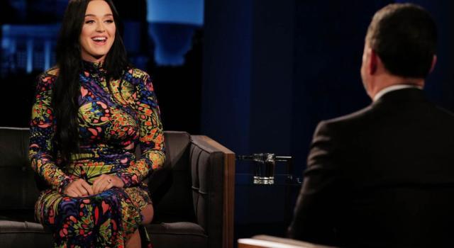 Katy Perry torna mora e stupisce nuovamente i fan con un look super sexy