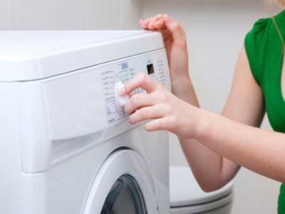 Tragedia fatale, bimbo si nasconde nella lavatrice, la mamma non se ne accorge e la accende: morto