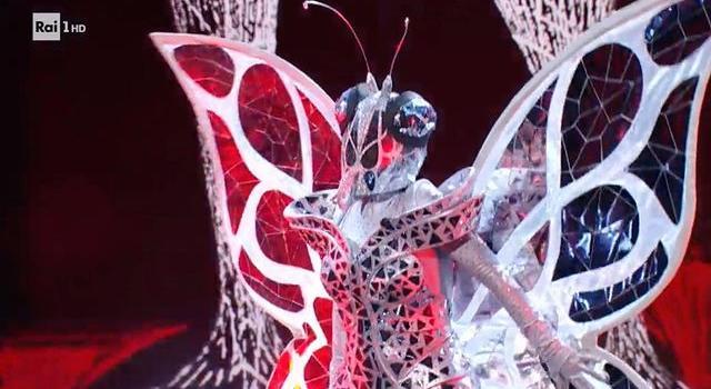 """LIVE """"Il Cantante Mascherato"""", puntata Finale del 26 febbraio: La Farfalla dagli acuti alla Callas è Mietta ed è la più votata dal pubblico, ma a vincere è il Pappagallo Red Canzian. L'Orsetto Simone Montedoro è il primo eliminato, il Lupo Max Giusti terzo classificato"""