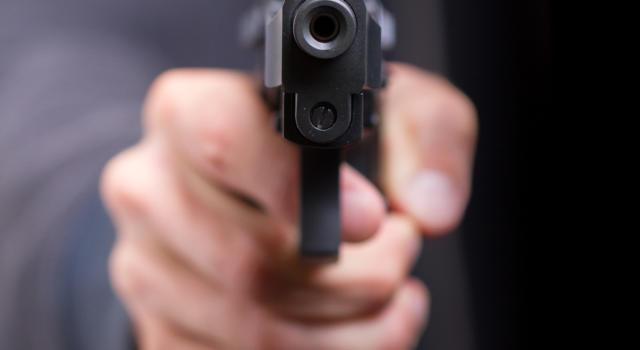 Bologna, minaccia con una pistola un passante solo perché ha la mascherina abbassata: denunciato un 63enne