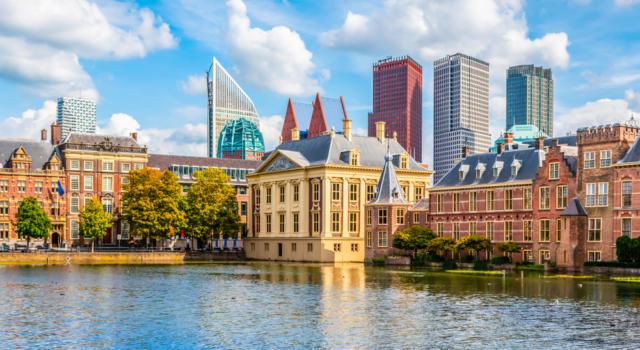"""Coronavirus, in Olanda un tribunale revoca il coprifuoco: """"Viola diritto alla libertà"""""""