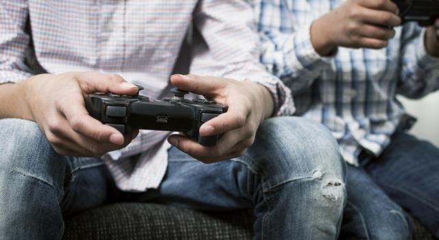 Palermo, sospesi due OSS: giocavano alla PlayStation anziché curare i pazienti