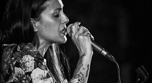 Syria improvvisa un'esibizione in piazza Duomo a Milano, ma nessuno la riconosce