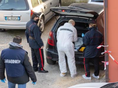 Giallo a Porto Torres, ucciso brutalmente con un coltello di ceramica piantato in gola. E spuntano le immagini delle videocamere che potrebbero inchiodare l'assassino