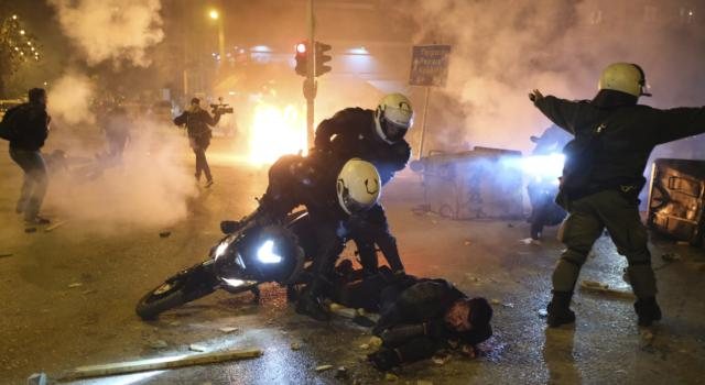 Grecia: fermato l'uomo che ieri ha pestato un poliziotto