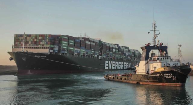 """Suez, riprende il traffico nel canale: la nave cargo """"Ever Given"""" è stata liberata"""
