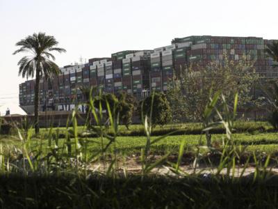 Suez: quarto giorno per il cargo bloccato