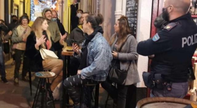 Coronavirus, a Sanremo un bar non rispetta le restrizioni: cori contro agenti di polizia