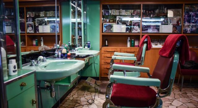 Sindaco ordina l'apertura di un barbiere in zona rossa per il taglio dei capelli a un ragazzo autistico, quando l'umanità sconfigge il Covid