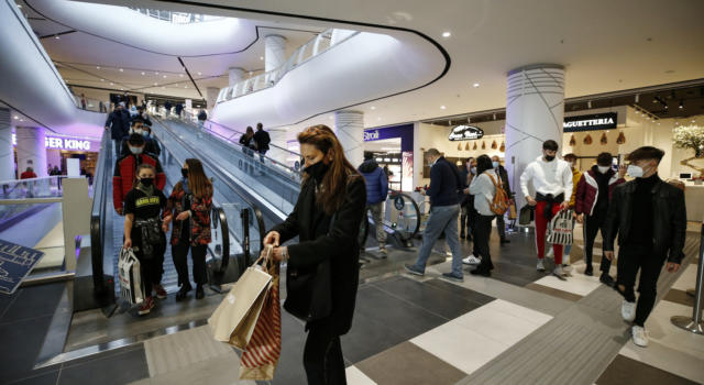 Decreto Covid, ennesima mazzata per i centri commerciali: non potranno ancora aprire nel weekend