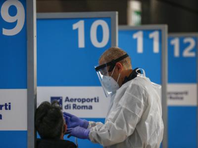 Coronavirus, atterrato a Fiumicino volo dall'India con a bordo 23 positivi: a breve i risultati degli esami su eventuali varianti