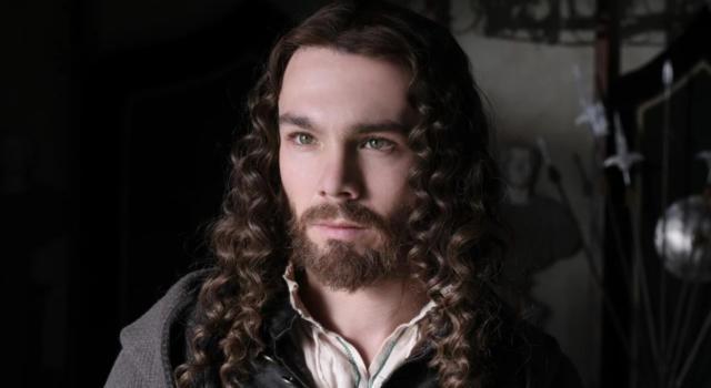 """Carlos Cuevas affascina il pubblico di Rai 1 nei panni di Salaì, l'amante di """"Leonardo"""". È lui il volto della Gioconda?"""