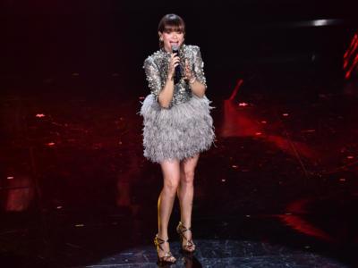 """Alessandra Amoroso si tiene stretto il suo pubblico con due canzoni autentiche, """"Piuma"""" e """"Sorriso grande"""", perché l'importante è crederci"""