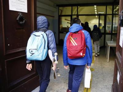 Orrore nel bresciano: arrestato bidello 56enne, adescava bambini nella scuola elementare dove lavorava