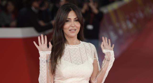 """Sabrina Ferilli torna su Canale 5 con """"Svegliati amore mio"""" e svela: """"Nanà Santoro ha smosso la coscienza di tutti"""""""