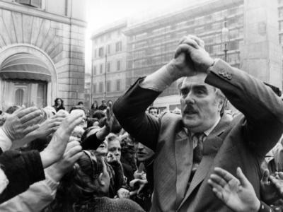 """San Patrignano, i figli di Vincenzo Muccioli querelano Netflix per il docufilm sulla comunità: """"Offende la memoria di nostro padre"""""""