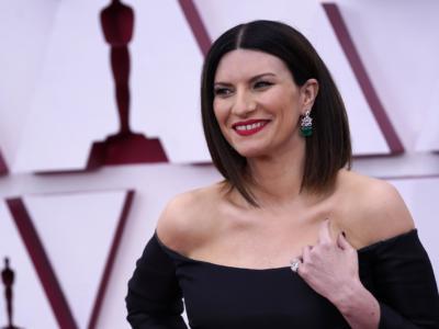 """Oscar 2021, Laura Pausini non vince ma incanta con il suo look da diva made in Italy: """"Torno da mia figlia felice"""""""