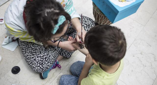 Festa di compleanno per il bimbo disabile, i vicini chiamano i vigili: multati gli adulti