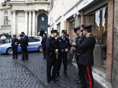 Assembrati al bancone del bar e senza mascherine: carabinieri multano poliziotti