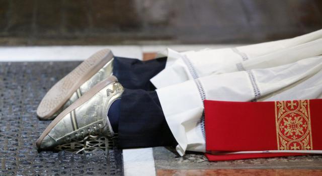 Mago della truffa a 20 anni: si finge sacerdote e intasca le offerte, arrestato dopo aver colpito in quattro diverse regioni