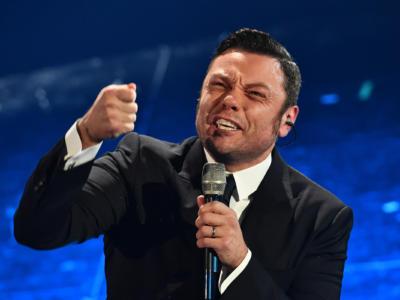 """Tiziano Ferro, potremo vederlo in concerto solo tra due anni: l'annuncio col """"cuore spezzato"""""""