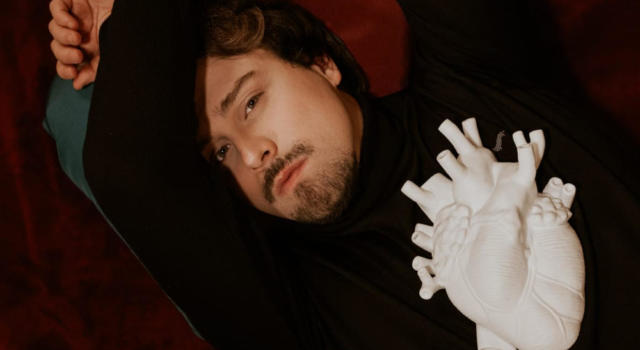 """Mei, Rubrica. MUSICA IN GIALLO. Stefano Colli, come un """"fanciullino pascoliano"""", ci racconta gli umani sentimenti restituendo al mondo gentilezza e dolcezza"""