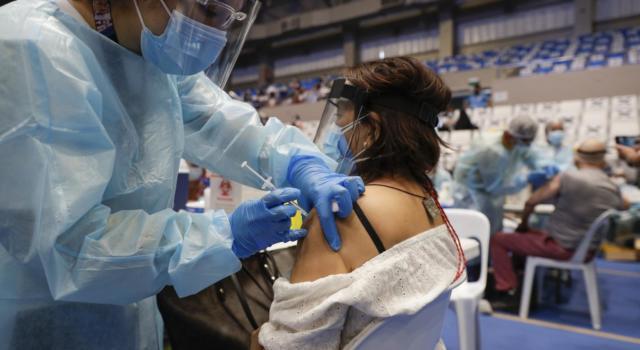 """Vaccino anti Covid, Brusaferro: """"Molto probabile sia necessaria una terza dose"""""""
