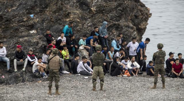 La Spagna a Ceuta schiera l'esercito per l'arrivo di 8.000 migranti