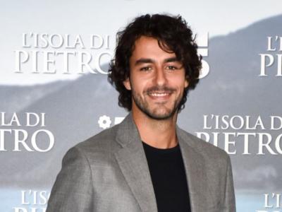 """Michele Rosiello torna su Rai 1 con """"La Compagnia del Cigno"""". Ecco chi è l'attore e il personaggio gay interpretato"""