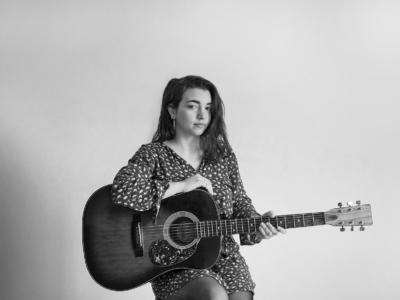"""Dalila Spagnolo, la cantautrice di fragilità sbocciata nel Sud Salento. Il disco che inscatola il suo universo è """"Fragile"""""""