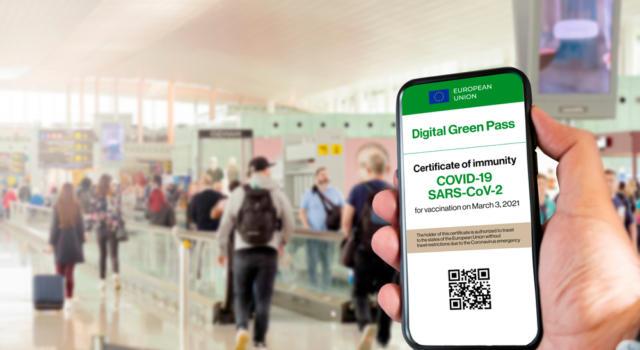 Green Pass, dal 6 agosto le nuove regole per accedere a mezzi pubblici, ristoranti e scuola: ecco la road map del governo