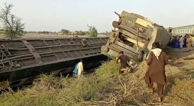 Scontro tra treni in Pakistan, almeno 36 le vittime