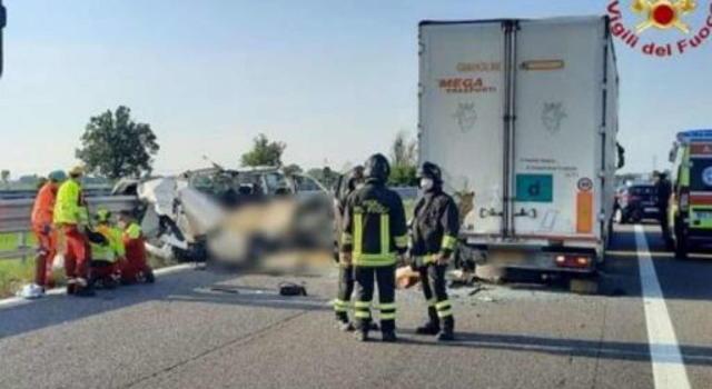 Autostrada, tamponamento tra un furgone e un tir: 5 morti