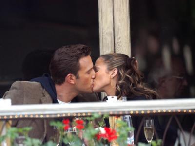 Un video immortala il bacio tra Ben Affleck e Jennifer Lopez: è di nuovo amore tra la coppia che si era lasciata nel 2004 a pochi giorni dal matrimonio. I fan sono in visibilio